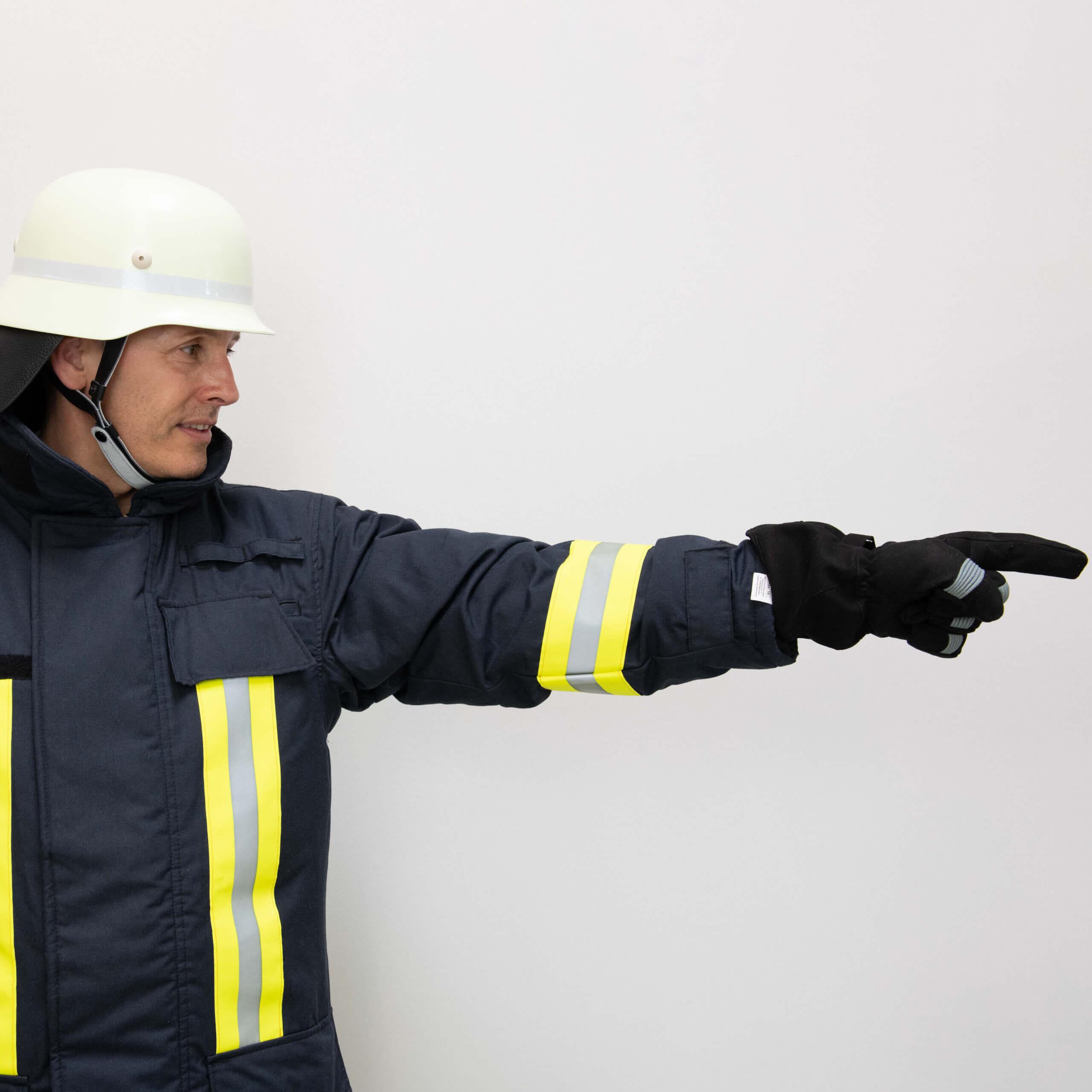 Feuerwehrmann zeigt nach rechts