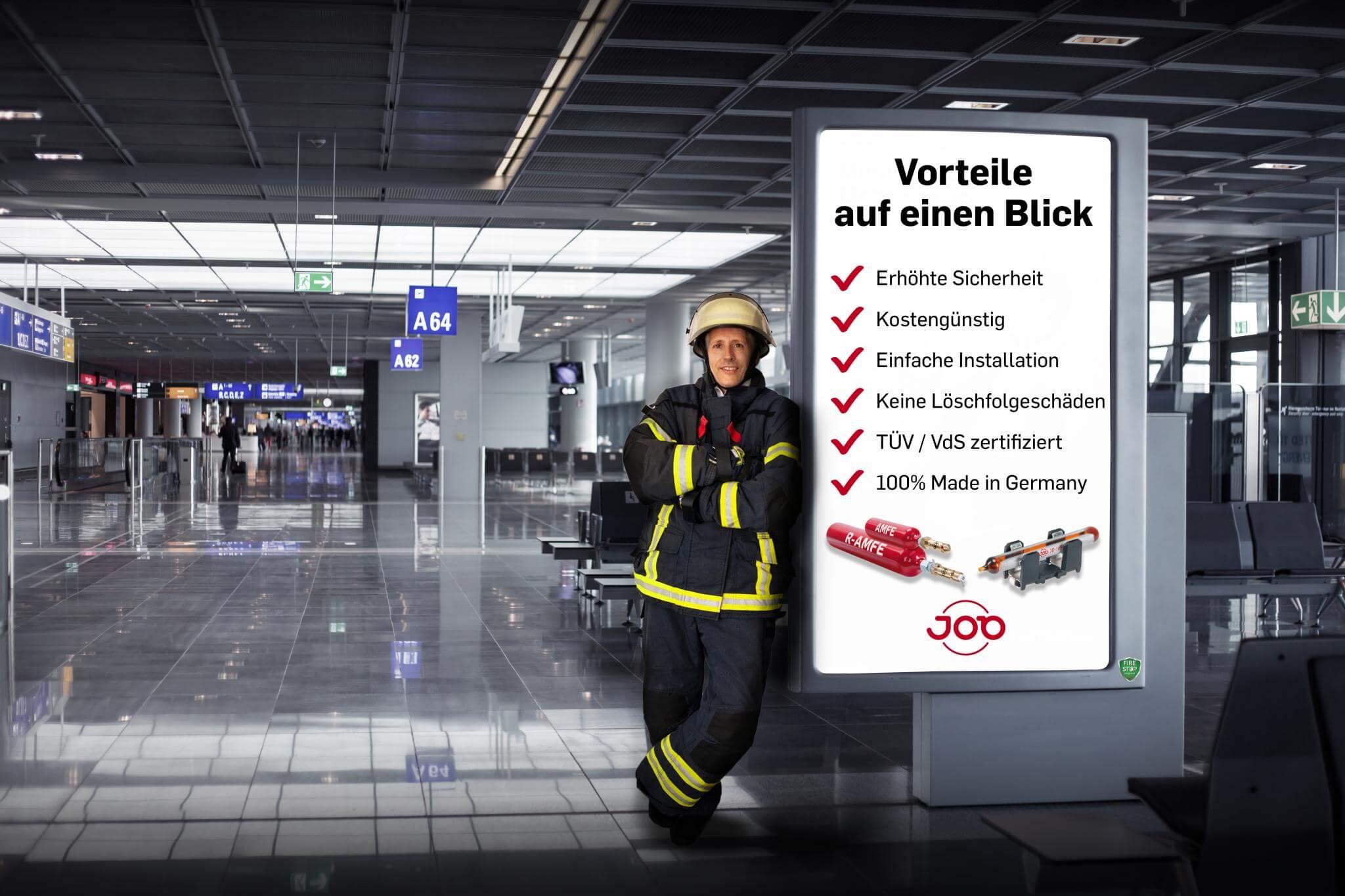 Feuerwehrmann vor Werbetafel